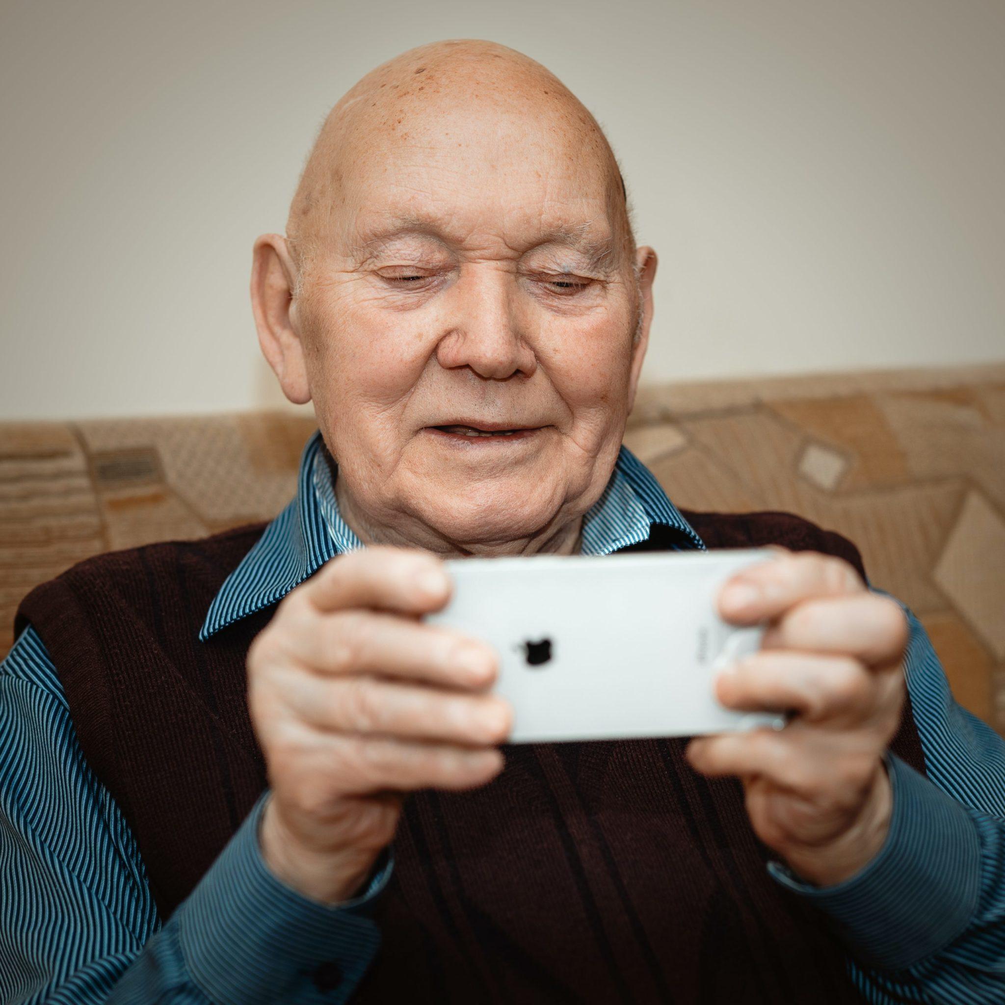 pensionato al cellulare